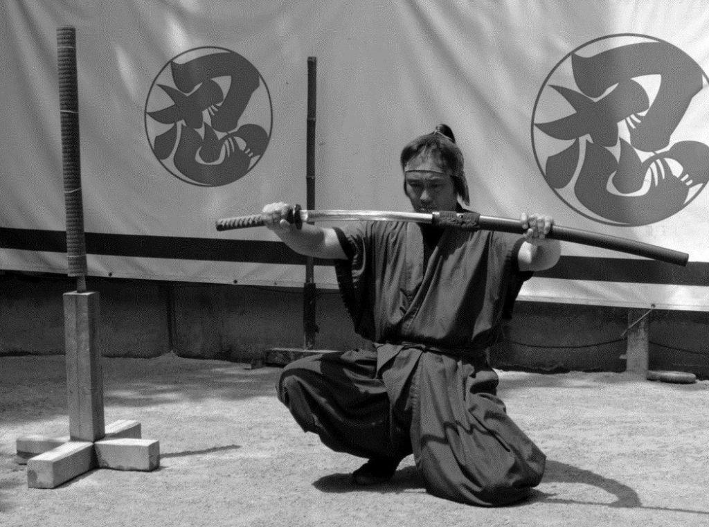 לוחם יפני עם חרב קטאנה
