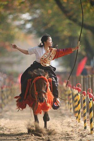 חץ וקשת מסורתי יפני על סוס