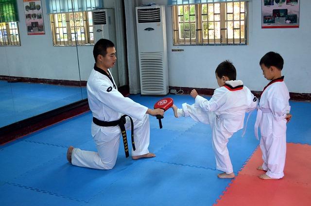 ילד מתאמן בטאקוונדו