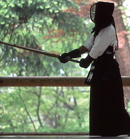 עמידה עם חרב בקנדו - חרב שינאי לקרב